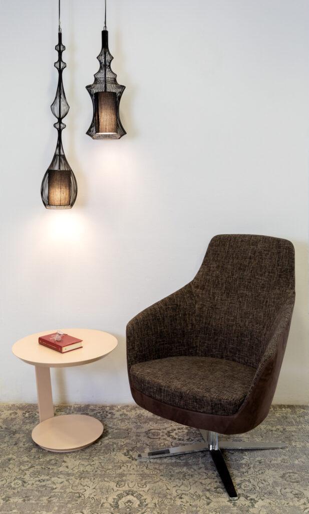 Lampade a sospensione FILE, Tavolino POINT Laccato ROSA, Poltrona KEA girevole