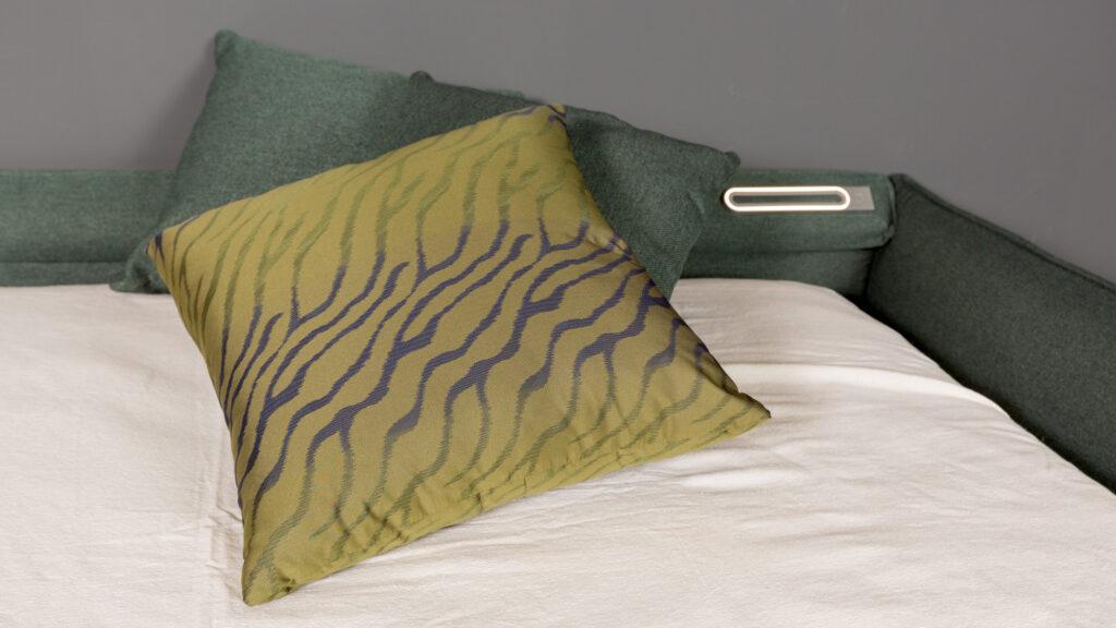 Particolare luce notturna su divano letto, Primo piano su cuscino sfoderabile